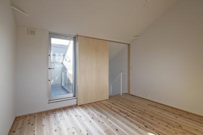 """子供部屋事例:屋上と繋がる洋室(18坪の敷地に建坪9.5坪のスキップフロアー空間""""廊下は書斎、踊り場はデスク、階段は書庫""""な家 : 聚楽廻の住宅)"""