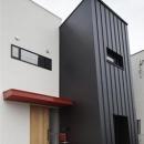 建築の中にある通り土間に向い合って住まう2世帯住宅インナーバイクガレージと趣味室 : 木津川の住宅の写真 適度な距離感を持つ2世帯住宅