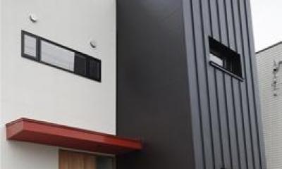 建築の中にある通り土間に向い合って住まう2世帯住宅インナーバイクガレージと趣味室 : 木津川の住宅 (適度な距離感を持つ2世帯住宅)
