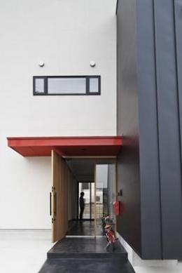 建築の中にある通り土間に向い合って住まう2世帯住宅インナーバイクガレージと趣味室 : 木津川の住宅 (通り土間の空間)