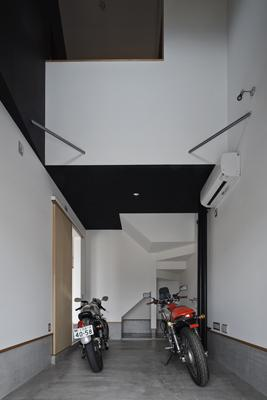 木津川の住宅の写真 吹き抜け空間とバイクガレージ