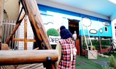 おもちゃ箱のようなカラフルに彩られた店舗リノベーション空間