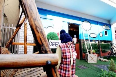 エントランス (おもちゃ箱のようなカラフルに彩られた店舗リノベーション空間)
