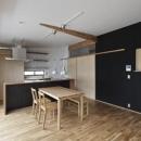 建築の中にある通り土間に向い合って住まう2世帯住宅インナーバイクガレージと趣味室 : 木津川の住宅の写真 シンプルなダイニングキッチン