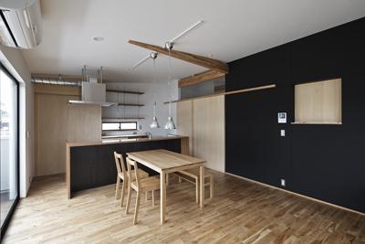 建築の中にある通り土間に向い合って住まう2世帯住宅インナーバイクガレージと趣味室 : 木津川の住宅 (シンプルなダイニングキッチン)