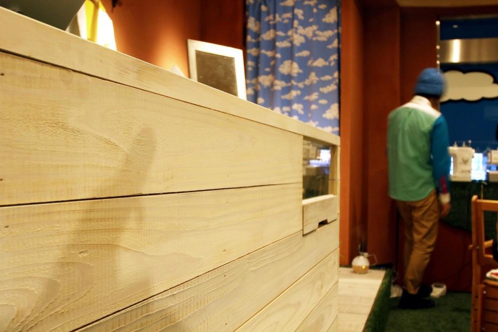 おもちゃ箱のようなカラフルに彩られた店舗リノベーション空間 (造作カウンター)