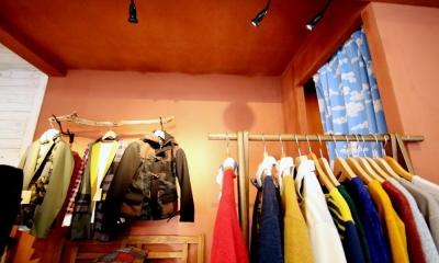 おもちゃ箱のようなカラフルに彩られた店舗リノベーション空間 (チャコールの塗装壁と試着室)