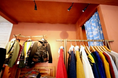 チャコールの塗装壁と試着室 (おもちゃ箱のようなカラフルに彩られた店舗リノベーション空間)
