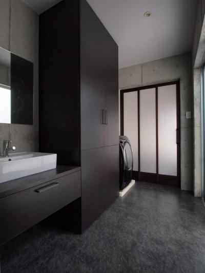 収納たっぷりのモダンな洗面室 (糸満の住宅)