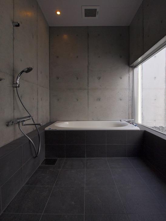 糸満の住宅の部屋 大きな窓のあるバスルーム