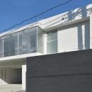 豊見城の住宅1の写真 広いガレージのある白い外観