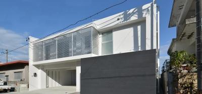 豊見城の住宅1 (広いガレージのある白い外観)
