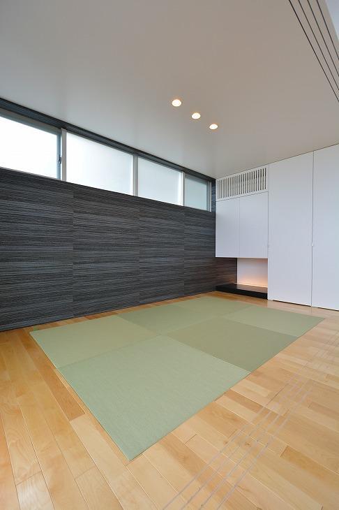 豊見城の住宅1の部屋 リビングにある和モダンな畳コーナー