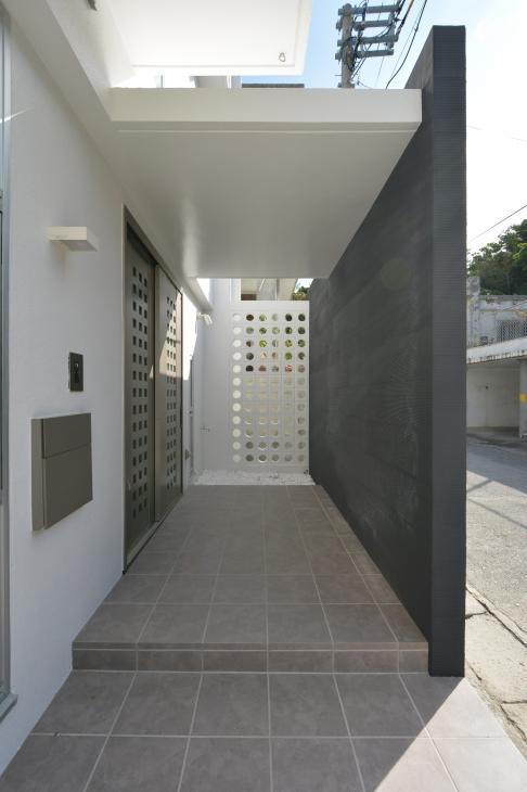 豊見城の住宅1の部屋 玄関アプローチ