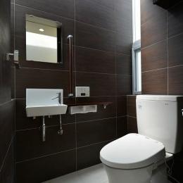 豊見城の住宅1-光が差し込むトイレ