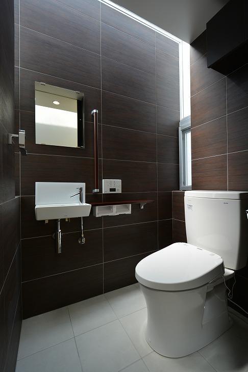 豊見城の住宅1の部屋 光が差し込むトイレ