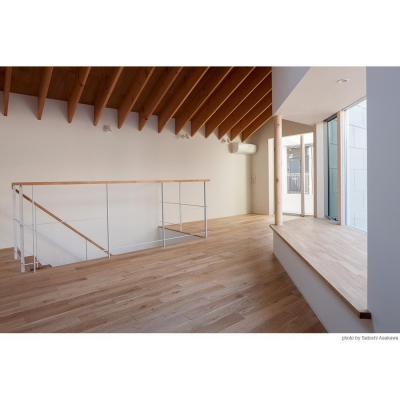 ダイニングから出窓ベンチ、階段へ (サンチャノマド)