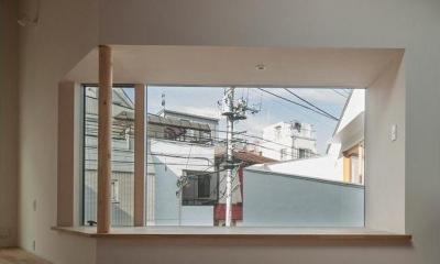 街の風景を切り取る大きな出窓|サンチャノマド