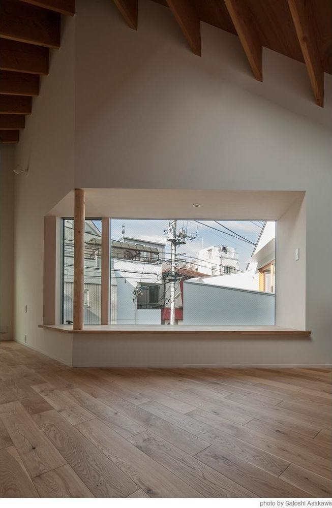 リビングダイニング事例:街の風景を切り取る大きな出窓(サンチャノマド)