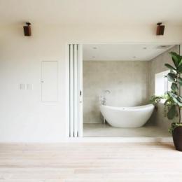 リビングと一体感のあるバスルーム