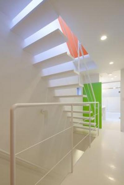 白いオープン型階段 (阿倍野の家)
