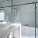 阿倍野の家の写真 真っ白な空間の洗面コーナーとバスルーム