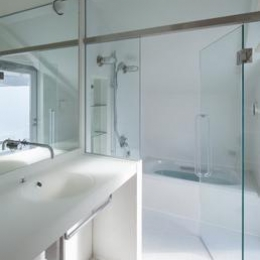 阿倍野の家 (真っ白な空間の洗面コーナーとバスルーム)