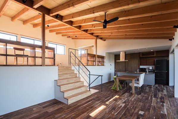 新庄のスキップハウス (一体感のあるスキップフロア空間)
