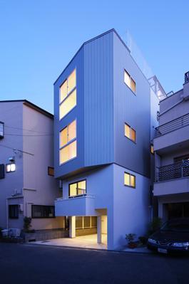 外観事例:4階建ての二世帯住宅リノベーション住宅-ライトアップ(豊里のリノベーション)