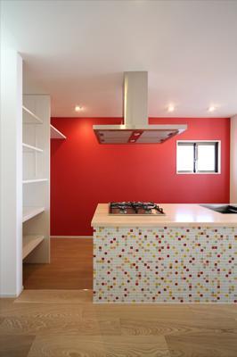 豊里のリノベーションの部屋 タイルとレッドのクロスが目を引くキッチン