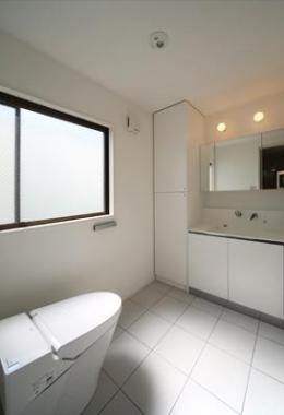 豊里のリノベーション (シンプルなトイレと洗面室)