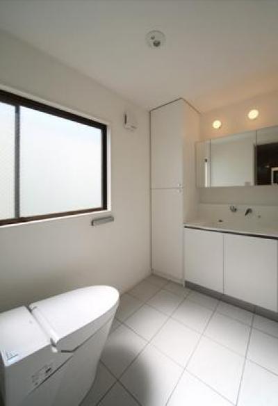 シンプルなトイレと洗面室 (豊里のリノベーション)