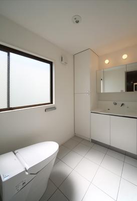 バス/トイレ事例:シンプルなトイレと洗面室(豊里のリノベーション)