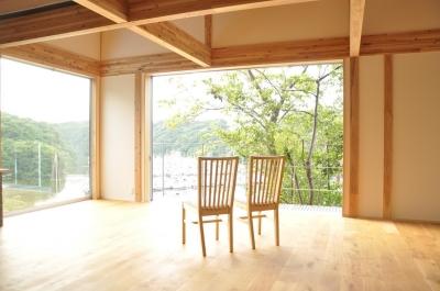 開放的なリビング (安心という贅沢を。自然エネルギーだけで生活できる家)