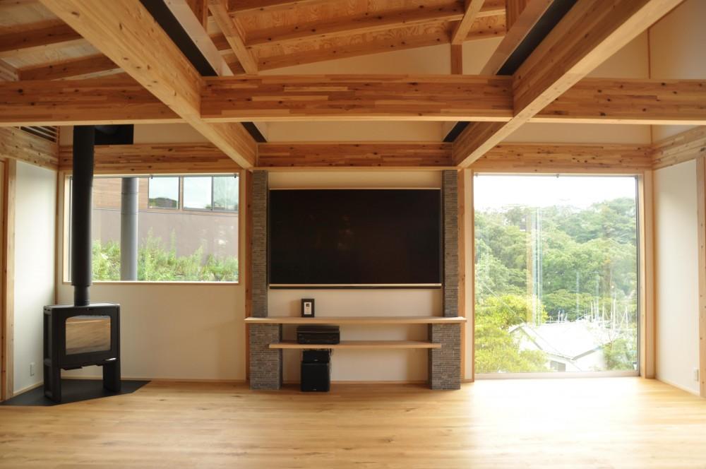 安心という贅沢を。自然エネルギーだけで生活できる家 (TVボードと暖炉)