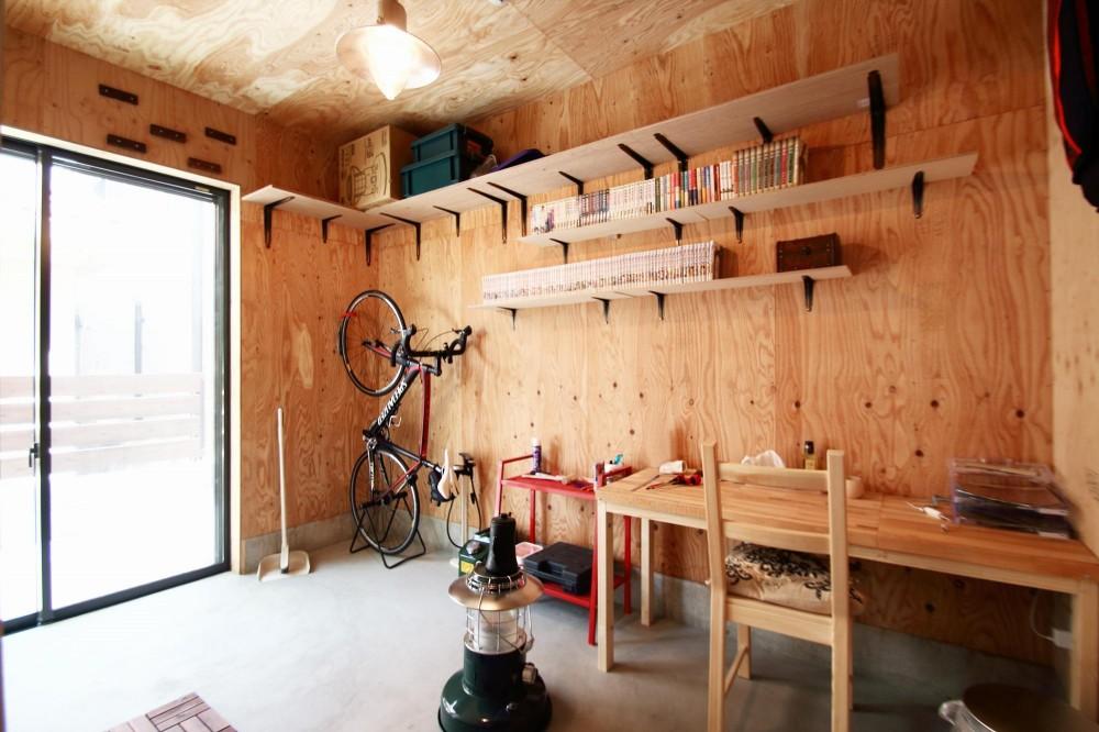 一級建築士事務所ARCHIBLAST「渋谷区E様邸 鉄骨階段とガレージのある家」