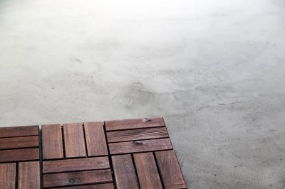 合板と土間のガレージ (渋谷区E様邸 鉄骨階段とガレージのある家)