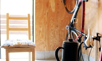 渋谷区E様邸 鉄骨階段とガレージのある家 (アウトドア用品やバイクなどが並ぶガレージ)