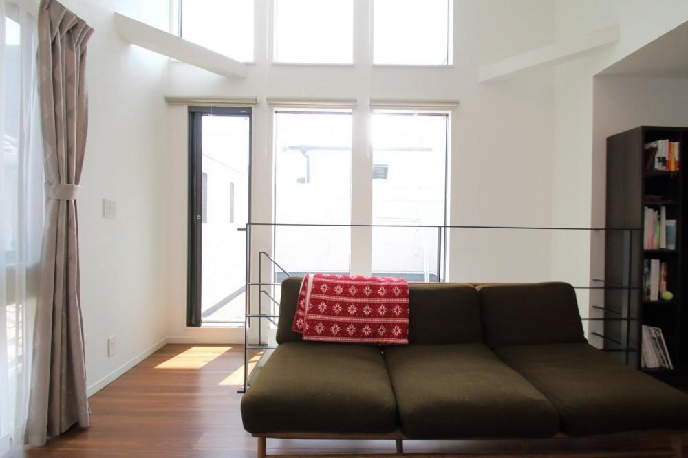 渋谷区E様邸 鉄骨階段とガレージのある家 (天井の高いLDK)