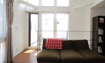 天井の高いLDK|渋谷区E様邸 鉄骨階段とガレージのある家