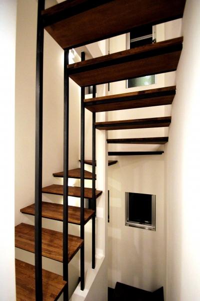 抜けのあるストリップ階段 (目黒区O様邸 3階建ての家)