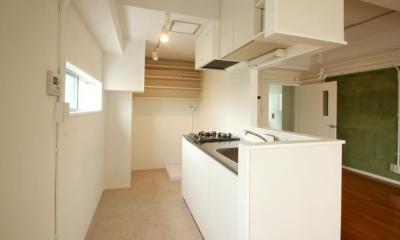 風がとおり抜けるアッシュグリーンのくつろぎ空間 (対面型キッチン)