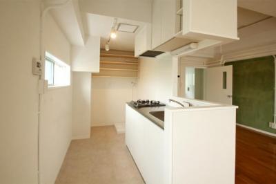 対面型キッチン (風がとおり抜けるアッシュグリーンのくつろぎ空間)
