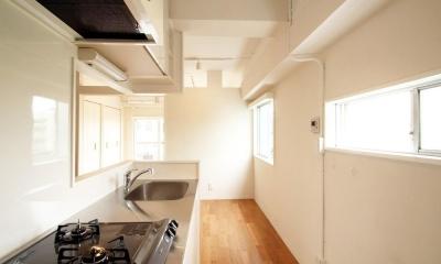 風がとおり抜けるアッシュグリーンのくつろぎ空間 (明るい対面型キッチン)