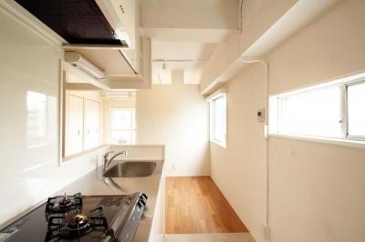 明るい対面型キッチン (風がとおり抜けるアッシュグリーンのくつろぎ空間)