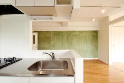 風がとおり抜けるアッシュグリーンのくつろぎ空間 (対面型キッチンからの眺め)