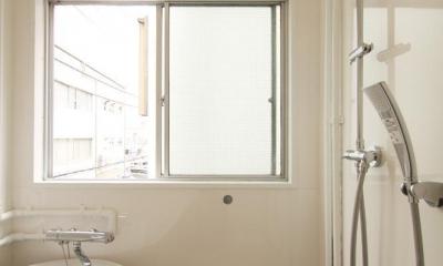 風がとおり抜けるアッシュグリーンのくつろぎ空間 (浴室のバスタブ×シャワーヘッド)