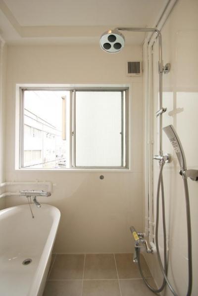 浴室のバスタブ×シャワーヘッド (風がとおり抜けるアッシュグリーンのくつろぎ空間)