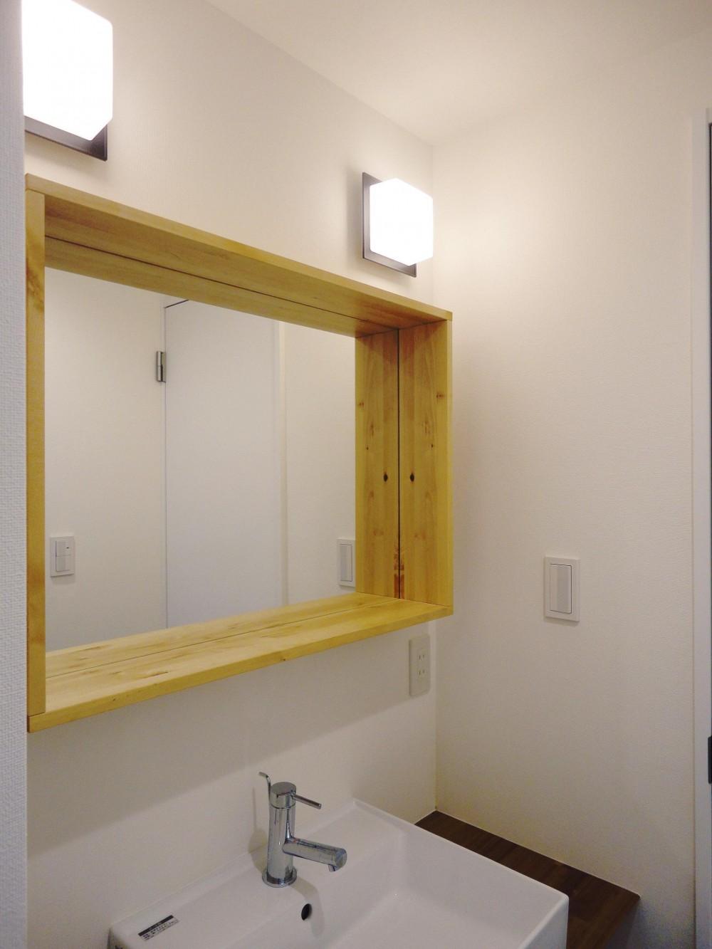 ネイビーの時間 (小物も置ける木枠鏡のサニタリー)