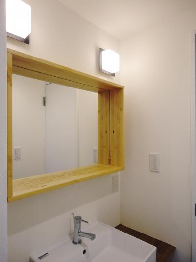 小物も置ける木枠鏡のサニタリー (ネイビーの時間)
